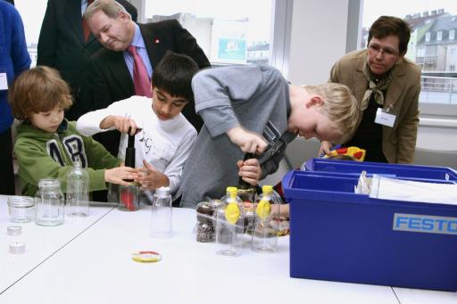 """Die KiNT-Boxen von Festo enthalten Utensilien, um das Thema """"Luft und Luftdruck"""" für Kinder experimentell erlebbar zu machen."""