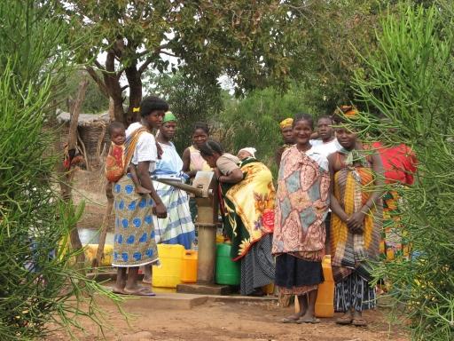 In Mosambik ist die Trinkwasserversorgung Aufgabe von Frauen und Kindern. Wasserprojekte sind in diesem Partnerland der Österreichischen Entwicklungszusammenarbeit (OEZA) daher ein wichtiger Schwerpunkt.