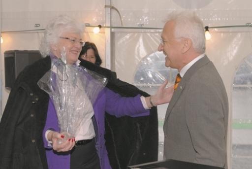 BDI Vorstand Wilhelm Hammer überreicht EU-Agrar-Kommissarin Mariann Fischer-Boel ein Geschenk.