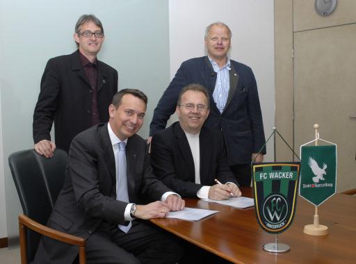 Unterzeichung Vertrag Moser Holding Tiroler Tageszeitung mit Fußballklub FC WackerTirol, v.li: GF Georg Willeit mit Vorstand Johannes Marsoner (Wacker) sowie MoHo-CEO Hermann Petz und Fred Steinacher (Marketing)