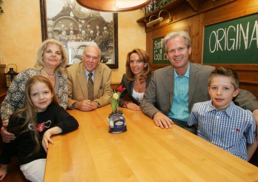 Im Bild: Familie Schwarz - von links nach rechts: Stefanie Schwarz, KommR Karl Schwarz, Pavlina Schwarz, Mag. Karl Schwarz sowie die beiden Kinder Caroline und Charly Schwarz.