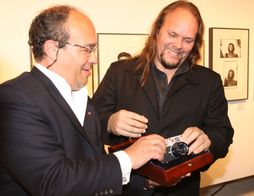 "Dr. Andreas Kaufmann (links), Eigentümer der Leica Camera AG, übergibt Camilo Guevara eine ""Leica M8 Chrom""; Abdruck honorarfrei bei Namensnennung"