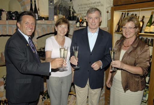 Gut gefallen hat es Bundespräsident Horst Köhler (3. v.l.) im Lungau. Elfi und Rudi Baier vom Wastlwirt führten ihn und Gattin Eva Luise (2. v.l.) in die kulinarische Vielfalt der Region ein.