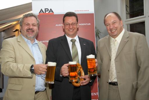 Die APA-Chefredaktion beim APA-Bierigen am Montag, 1. September 2008 in Stiegl's Ambulanz in Wien: Johannes Bruckenberger (Stv. Chefredakteur), Michael Lang (Chefredakteur) und Werner Müllner (Stv. Chefredakteur).