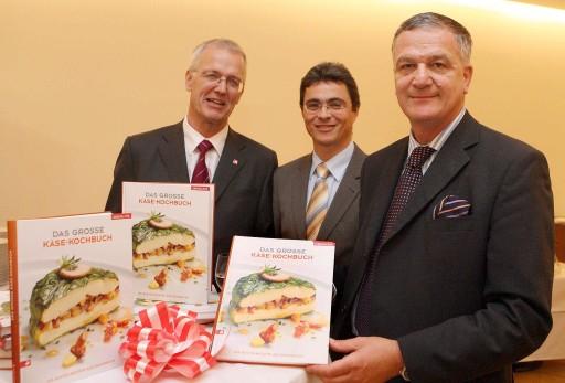 AMA Marketing: kulinarische Reise durch die Welt des Käses. v.l.n.r.: Dr. Fritz Panzer (GF Verlag Ueberreuter), Dr. Peter Hamedinger (AMA-Manager, Milch und Milchprodukte), Dr. Stephan Mikinovic (GF AMA Marketing) http://pressefotos.at/m.php?g=1&u=52&dir=200809&e=20080930_a&a=event