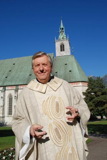 Karl Moik vor der Stadtpfarrkirche Schwaz