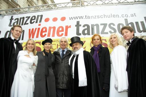 Im Bild zwischen den beiden Tanzpaaren v.l.n.r. Heilwig Pfanzelter (Künstlerin und Moderatorin), Hannes Nedbal (Dancing Star Juror), Klaus Mühlsiegel (Opernball-Choreograph) und Karin Lemberger (Präsidentin des Verbandes der Wiener Tanzschulen) http://pressefotos.at/m.php?g=1&u=43&dir=200811&e=20081111_f&a=event