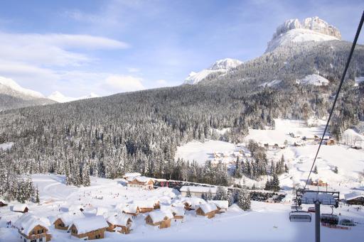 Die AlpenParks Hagan Lodge besteht aus 46 Ferienhäusern in landestypischer Holzbauweise, einer Lodge-Reception mit kleiner Bar, der AlpenParks Dorfstube mit Restaurant, Sonnenterrasse und Aprés Sports-Bereich.