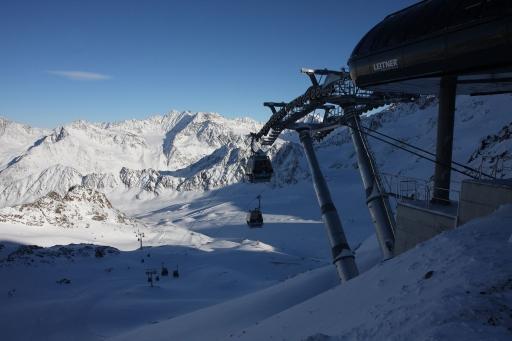 Seit heute 09:00 Uhr transportiert die neue Karlesjochbahn am Kaunertaler Gletscher Skifahrer und Snowboarder auf 3.108 Meter Höhe.