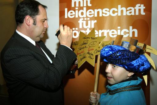 """Vizekanzler und Sternsingerfan DI Josef Pröll verewigt sich auf dem """"Prominentenstern"""" der Sterningergruppe der Pfarre Kaisermühlen"""