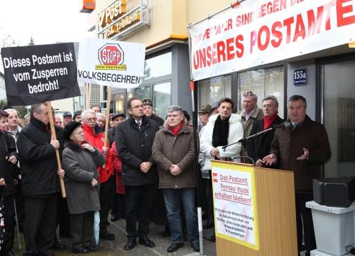 Proteste gegen die drohende Schließung des Postamtes Wels-Pernau