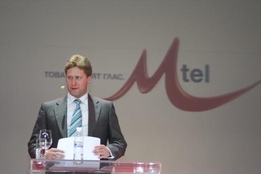 Der Marketing-Chefdirektor Herr Andreas Mayerhofer stellt das neue Logo des Unternehmens vor.