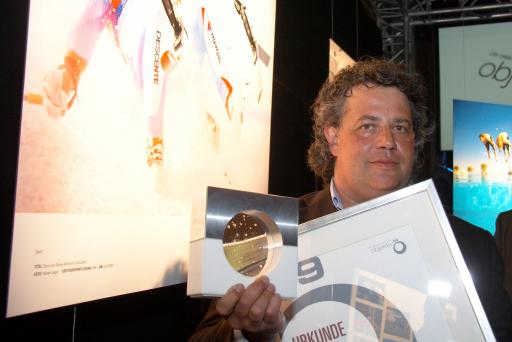 """Der """"Objektiv 09"""" für die besten österreichischen Pressefotos wurde von der APA und Canon am 12. 5. 2009 vergeben. Robert Jäger wurde für sein Bild des stürzenden Daniel Albrecht Gala mit dem Hauptpreis Objektiv 09 sowie mit dem ersten Platz in der Kategorie Sport ausgezeichnet."""