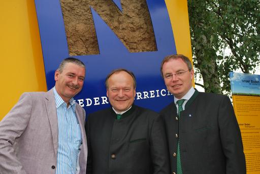 Im Bild v.l.n.r.: Bgm. Rudolf Friewald, LK-Präsident NR Ing. Hermann Schultes und Landesrat Dr. Stephan Pernkopf bei der Enthüllung des NÖ Bodenzeichens in Mold.