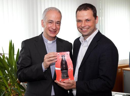 http://pressefotos.at/m.php?g=1&u=66&dir=200906&e=20090629_a&a=event Happy Birthday Coke! Im Bild v.l.n.r.: r. Michael Landau, Direktor Caritas, und Philipp Bodzenta, Unternehmenssprecher Coca-Cola, freuen sich über die gemeinsame Aktion anlässlich des 80. Geburtstages von Coca-Cola in Österreich.
