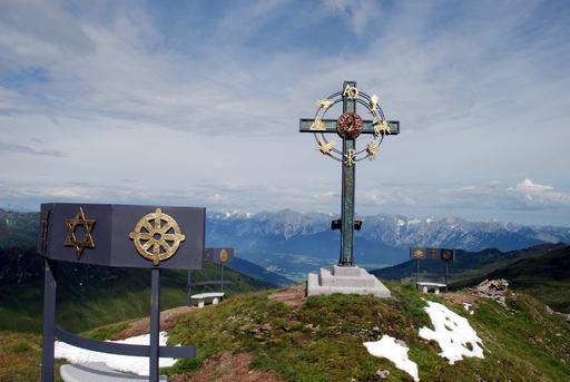 Die offizielle Einweihung des imposanten Gipfelkreuzes am kleinen Gilfert, einem einzigartigen Friedenssymbols, findet am 9. August 2009 statt.