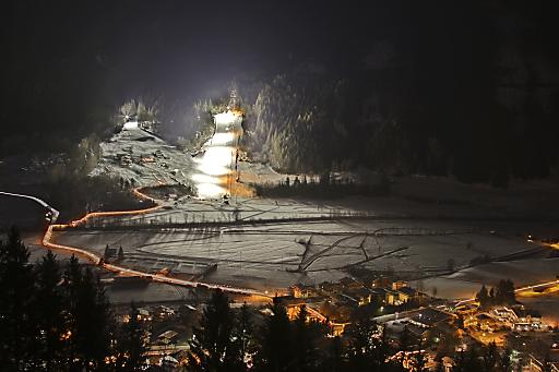 """Extravagante Schneeakrobatik gepaart mit stimmungsvoller Musik und dem Herzblut der Region: Das ist """"SKIZZO - Die verrückte Skishow""""."""