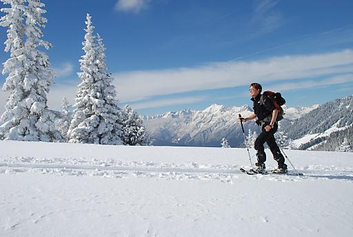 Schneeschuhwandern in verschneiter Winterlandschaft mit Blick auf das imposante Karwendelgebirge..