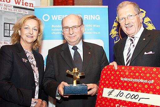 """http://pressefotos.at/m.php?g=1&u=43&dir=201004&e=20100413_b&a=event V.l.n.r.: Mag. Dr. Maria Fekter (Bundesministerin für Inneres), Honorarprofessor Dr. Udo Jesionek (Präsidenten der Opferhilfeorganisation """"Weisser Ring"""") und Dr. Walter Lattenmayer (Präsident des Lions Clubs Wien (Host))"""