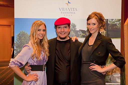 v.l.n.r.: Verena-Katrien Gamlich (Gewinnerin), Dominik Wachta (Leiter Modelmanagement), Estella Bianca Gludowatz (Zweitplatzierte)