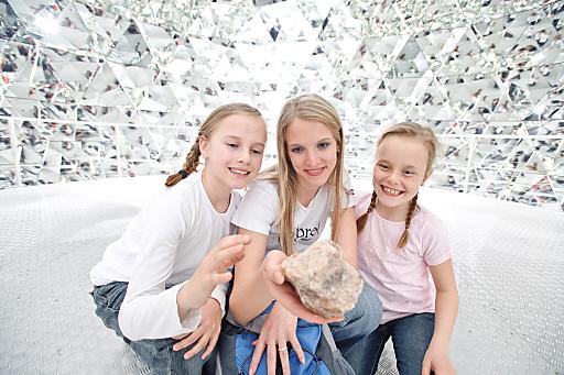 """Sowohl in den Bergen der Region Hall-Wattens als auch in den Swarovski Kristallwelten erleuchten Kristalle """"alpine Wanderzwerge"""" und """"schlummernde Riesen""""."""