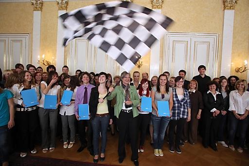 Bildungsministerin Claudia Schmied schwingt Startflagge für 4. aces-Projektjahr