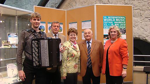 Der russische Akkordeonmeister Konstantin Ischenko ist einer der Juroren beim 10. World Music Festival im Congress Innsbruck. Weiters im Bild (v.l.n.r.): GF Georg Lamp, Gertrude Mayr (Obfrau des städtischen Kulturausschusses der Stadt Innsbruck), Arnold Kutzli (Ehrenpräsident DHV), Hedy Stark-Fussnegger (gf. Vizepräsidentin DHV).
