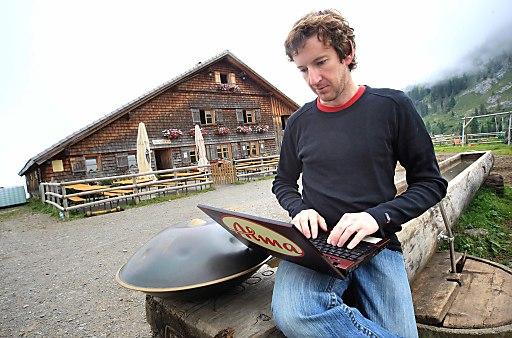 Alpblogger Thomas Franz-Riegler am Bloggen auf der Alpe Wurzach.