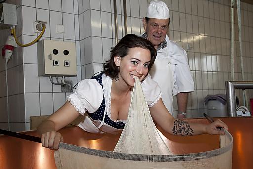 Austrodesignerin Lena Hoschek lernt auf der Alpe Schöner Mann wie Vorarlberger Alpkäse gemacht wird.
