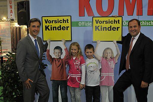"""Der Grazer Bürgermeister Sigi Nagl und Vizekanzler und Finanzminister Josef Pröll posieren mit den """"Model-Kindern"""" für die KOMMUNAL-Warntafeln für einen sicheren Schulweg."""