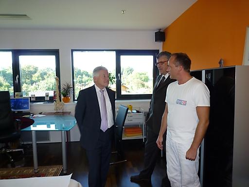 Landeshauptmann Dr. Josef Pühringer bei der Besichtigung im Gespräch mit Gerald Entremont und einem Mitarbeiter