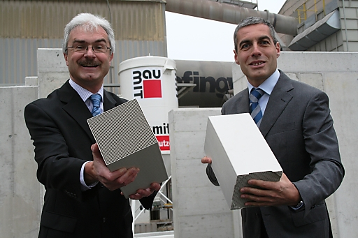 """Die beiden Geschäftsführer der Wopfinger Baustoffindustrie GmbH Manfred Tisch (li.) und Georg Bursik (re.) mit zwei der 25.000 Stück Keramikkörper, die als Wärmespeicher in der neuen thermischen Nachverbrennungsanlage eingesetzt werden. """"Was wir machen, hat Zukunft!"""""""