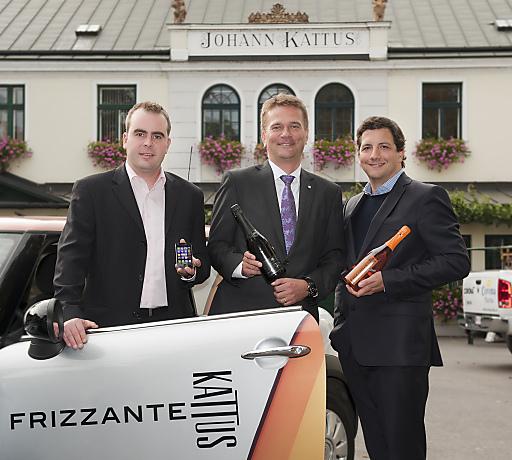 Kattus-Geschäftsführer A. Ruhland, S. Gubi, T-Mobile Geschäftsführer Vertrieb, und P. Gattermayer, Kattus-Geschäftsführer, stoßen auf die Zusammenarbeit an.