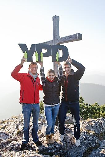 YPDler wollen höher hinaus - das Gipfelkreuz erreicht haben die YPD-Sieger Maria Kadiri (2009, aus Wien) und Lukas Übelacker (2010, aus Niederösterreich)