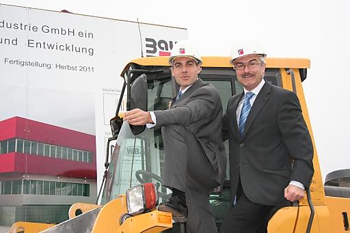 Die beiden Geschäftsführer der Wopfinger Baustoffindustrie Georg Bursik (li.) und Manfred Tisch (re.) geben den Startschuss für den Bau des neuen Innovationszentrums der Wopfinger Baustoffindustrie.