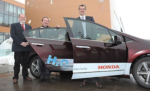 http://pressefotos.at/m.php?g=1&u=70&dir=201012&e=20101202_h&a=event Vl.n.r.: Roland Berger (Präsident Honda Austria), Klaus Fronius (Geschäftsführer und Thomas Brachmann (Honda Research & Development Deutschland). Offizielle Testfahrt und Präsentation des Honda FCX Clarity Brennstoffzellen-Elektrofahrzeugs