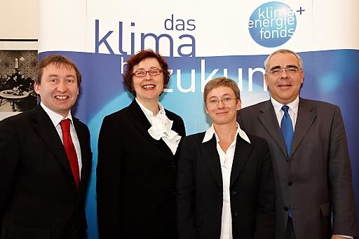 http://pressefotos.at/m.php?g=1&u=43&dir=201012&e=20101215_k&a=event V.l.n.r.: Herbert Greisberger (ÖGUT), Klimafonds-Geschäftsführerin Theresia Vogel, Brigitte Bach (AIT) und SC Christian Weissenburger (bmvit)