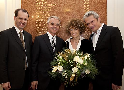 Die Direktion der Josefstadt hat am 23.12. die Ehrenmitgliedschaft des Theaters in der Josefstadt an Karla und DI Peter Pühringer im Beisein zahlreicher Ehrenmitglieder verliehen.