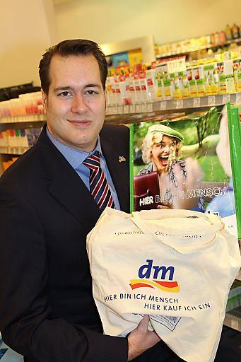 dm Geschäftsführer Harald Bauer möchte seine Kunden verstärkt für Mehrwegtaschen und für die dm Baumwollpfandtasche begeistern.