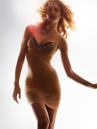 Shape Sensation von Triumph. Sexy - Stylish-Fashionable mit hoher Funktion - so war Shape Wear noch nie. Modell aus der Serie Lace Sensation