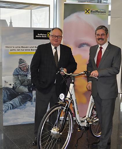 Im Bild: Raiffeisen-Generalanwalt Christian Konrad (links) und RLB NÖ-Wien Generaldirektor Erwin Hameseder (rechts).