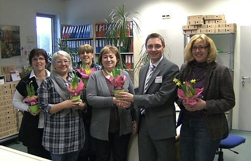 Übergabe des Blumengrußes an die Mitarbeiterinnen von kika Ried durch Herrn Geschäftsleiter Hannes Dauser.