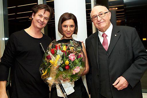 http://pressefotos.at/m.php?g=1&u=43&dir=201102&e=20110217_v&a=event Im Bild v.l.n.r.: Michael Dangl (Künstler), Maria Fedotova (Künsterlin) und Dr. Günter Geyer (Generaldirektor Vienna Insurance Group)