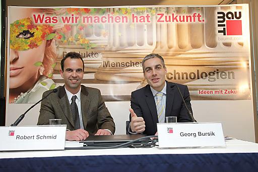 Mag. Robert Schmid (links) und Mag. Georg Bursik präsentierten im Rahmen der traditionellen Baumit Pressekonferenz die Top-Innovationen 2011.