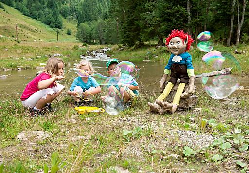 """In den Family Tirol Dörfern kennt man keine Langeweile - steht doch jeder Sommer unter einem neuen Motto. In diesem Jahr ist Kobold Kuno der """"Schirmherr"""" für das Programm: Rote, strubbelige Haare, riesengroße Flossen-Füße und schlaksige braune Arme und Beine - so stellt sich der freche kleine Kerl den Kindern vor."""