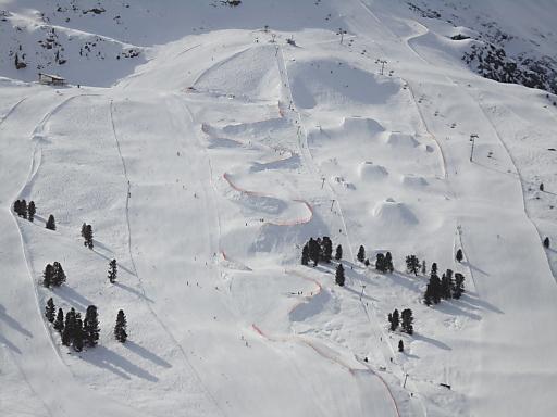 """In Österreichs größtem Cross-Park im Kühtai wurden in über 250 Pistengeräte-Arbeitsstunden ca. 30.000 m3 """"hausgemachter Schnee"""" verbaut. Am 26. und 27. März 2011 kämpfen neben Gesamtweltcupsieger Andreas Matt zahlreiche Skicrosser um wertvolle Weltcuppunkte."""