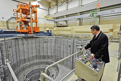 Anatoly N. Tkachuk, der Mann, der im Innersten des explodierten Reaktors von Tschernobyl war und als einziger überlebt hat. In Zwentendorf besichtigte er die Technologie der Vergangenheit, die an so vielen Orten noch Gegenwart ist.