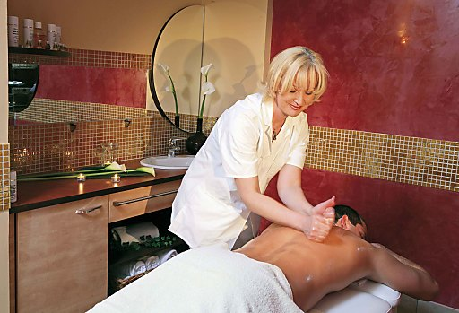 Eine großzügige Therapie- und Beauty-Abteilung sowie ein Fitnessraum, flauschige Bademäntel, Badetücher sowie eine Badetasche mit Frottee-Badeschuhen stehen den Hotelgästen exklusiv zur Verfügung.