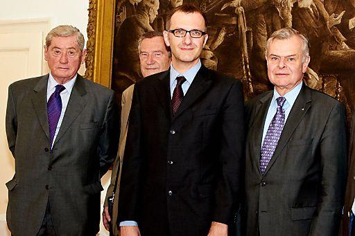 http://pressefotos.at/m.php?g=1&u=43&dir=201105&e=20110505_a&a=event Im Bild v.l.n.r. Dr. Hannes Androsch, Prof. Gunther Tichy (Mitglied der ÖAW), Mag. Mag. Dr. Dr. Markus Knell und Prof. Dr. Helmut Denk (Präsident der ÖAW)