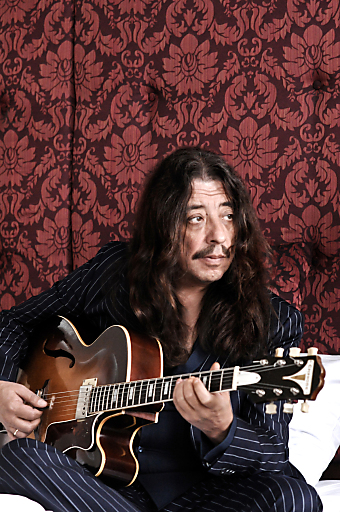 Der Meistergitarrist Harri Stojka spielt am Kaiviertelfest in großer Besetzung europäische Klassiker der Roma-Musik.